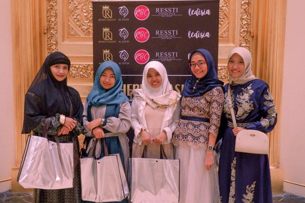 Foto bersama Blogger Makassar di gathering nasional Ressti Group.